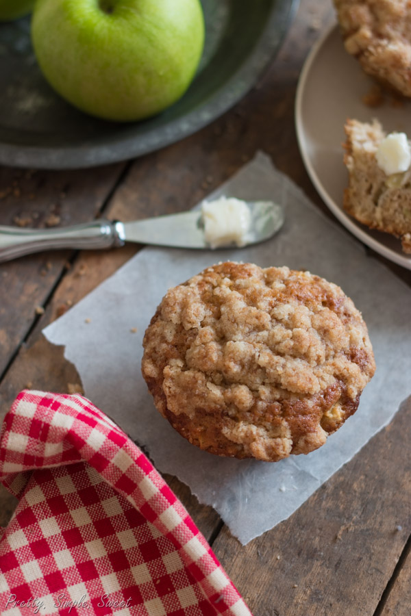 Moist apple muffins with a crumb topping | prettysimplesweet.com